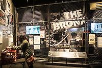 Washington- National Museum of African American History and Culture<br /> una ragazza di colore sfoglia dischi nella parte dedicata al Bronx
