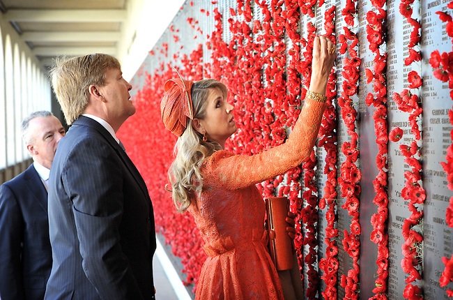 King Willem Alexander (C) and Queen Maxima (R) of the Netherlands place poppies on the wall of rememberence during a visit to the Australian War Memorial, Canberra, Nov 2, 2016. AFP PHOTO/ MARK GRAHAM