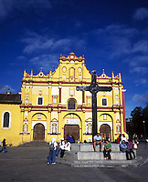 Tourists infront of the cathedral, San Cristobal de las Casas, chiapas 3-13