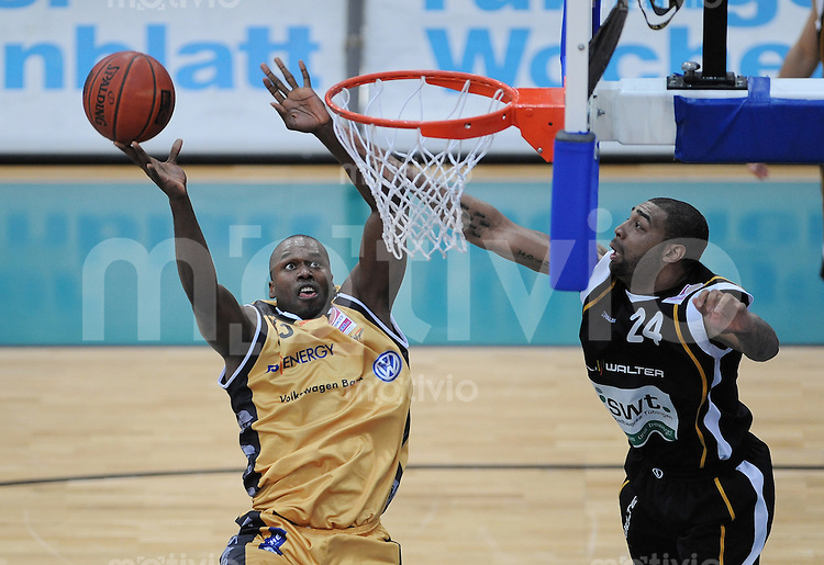 Basketball   1. Bundesliga 2009/2010  13.03.2010 Walter Tigers Tuebingen - New York Phantoms Braunschweig Marcus Goree (li, NY Phantoms)  geht zum Korb gegen Romeo Travis (Tigers)