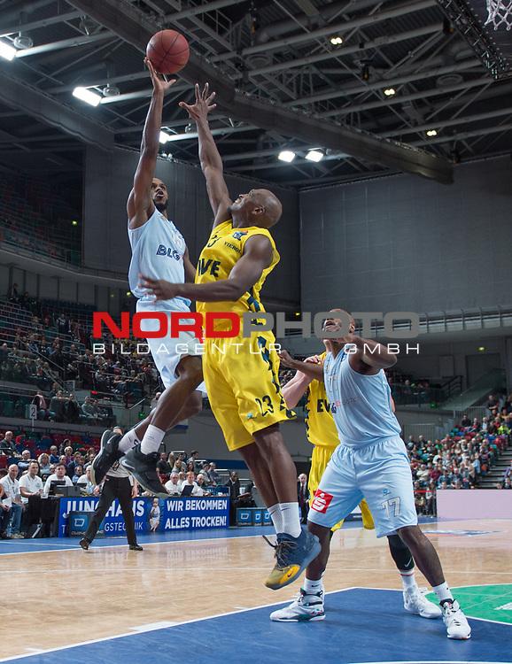 10.02.2019, &Ouml;VB Arena, Bremen, GER, easy Credit-BBL, Eisb&auml;ren Bremerhaven vs EWE Baskets Oldenburg, im Bild<br /> unter dem Korb<br /> Darious MOTEN ( Eisb&auml;ren Bremerhaven #15 )<br /> Rickey PAULDING (EWE Baskets Oldenburg #23 )<br /> Foto &copy; nordphoto / Rojahn