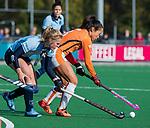 Laren - Shihori Oikawa (OR) met Elin van Erk (Lar)  tijdens de Livera hoofdklasse  hockeywedstrijd dames, Laren-Oranje Rood (1-3).  COPYRIGHT KOEN SUYK