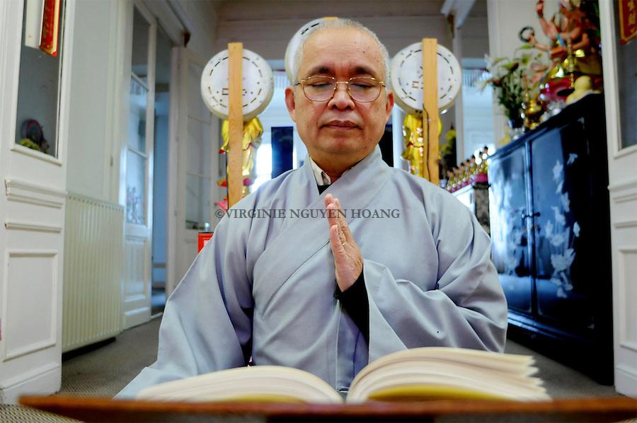 """Minh Dao Quyen Le VInh médite devant les textes du Dharma ( enseignement du Bouddha). """"Minh Dao"""" est son appellation bouddhiste qui lui a éré donnée après son baptême .Celle-ci signifie """"voie éclairée""""."""