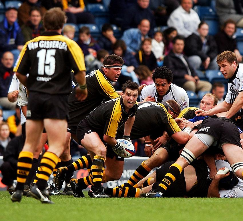 Photo: Richard Lane..London Wasps v Bath Rugby. Zurich Premiership.  06/04/2003..Martyn Wood gets the ball away.