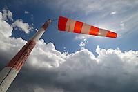 Windsack: DEUTSCHLAND, HAMBURG, (GERMANY), 10.10.2012: Windsack. - Aufwind-Luftbilder - Stichworte: Deutschland, Hamburg, Windsack, Windrichtung, Richtung, Staerke, Windstaerke, Meteorologisches, Meteorologie, Messwerkzeug, Brise, Steife, Brise, blauer, Himmel, Cumulus, Wolken, Wolke, Wetter, Wettervorhersage, Vorhersage, Wetterbericht, Symbol, Wetterfahne, Fahne, Mast, Masten, wehen, dunkle Wolken, Gegenwind,