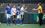AMSTELVEEN -  Teun Rohof (A'dam) protesteert bij scheidsrechter Coen van Bunge,   tijdens  de  eerste finalewedstrijd van de play-offs om de landtitel in het Wagener Stadion, tussen Amsterdam en Kampong (1-1). Kampong wint de shoot outs.  . COPYRIGHT KOEN SUYK
