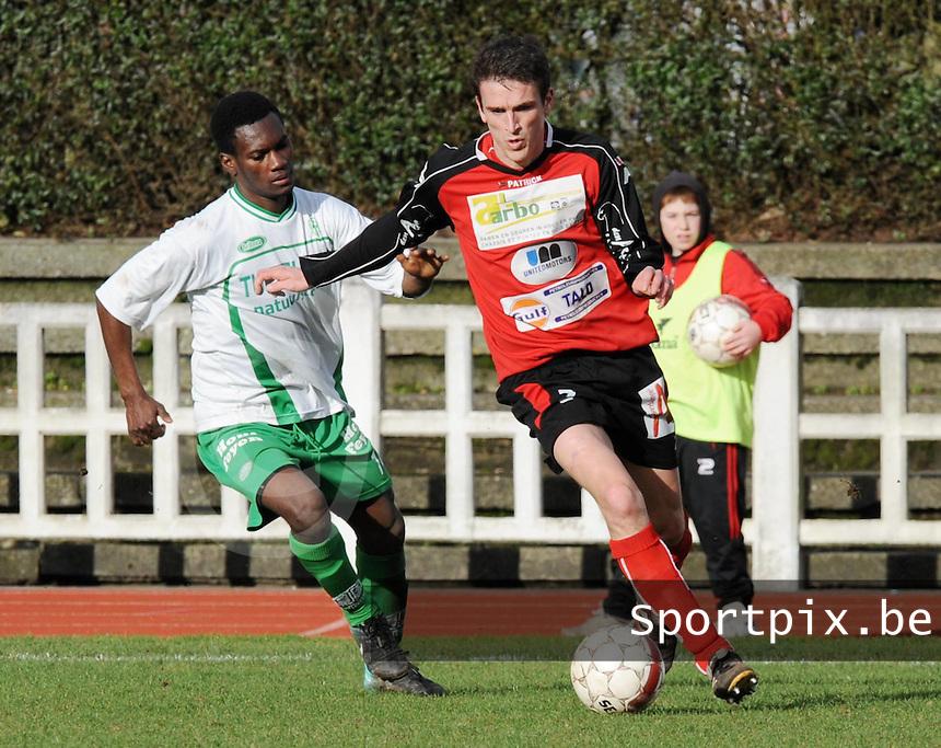 KFC Izegem - Dessel Sport : Frederique Ollivier probeert Asubonteng Prince (links) voorbij te gaan .foto VDB / BART VANDENBROUCKE