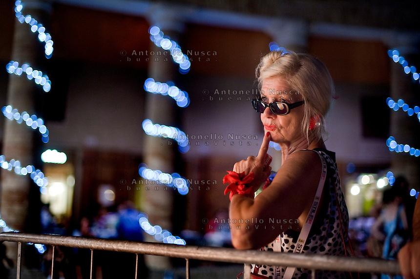 Senigallia, Agosto 2013. Una signora assiste a un concerto in Piazza a Senigallia durante il Summer Jamboree Festival