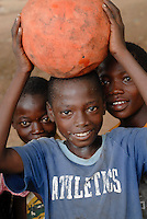 Burkina Faso , Kinder mit Fussball / Burkina Faso , children with football
