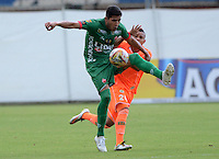 ENVIGADO -COLOMBIA, 8-OCTUBRE-2015. Duvan Vergara jugador del Envigado FC disputa el balon con  Patriotas de Boyacá por la fecha 19 de la Liga Aguila II 2015 jugado en el estadio Polideportivo Sur./ Duvan Vergara player of Envigado FC fights the ball against  of Patriotas de Boyacá  of the match between Envigado FC  and Patriotas de Boyacá for the date 19 of the Aguila League II 2015 played at Polideportivo Sur . Photo: VizzorImage / Leon Monsalve / Str