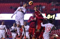 SÃO PAULO, SP, 24 DE JULHO DE 2013 - CAMPEONATO BRASILEIRO - SÃO PAULO x INTERNACIONAL: Rafael Tolói (e) e Leandro Damião (d) durante São Paulo x Internacional, partida antecipada da 12ª rodada do Campeonato Brasileiro de 2013, disputada no estádio do Morumbi em São Paulo. FOTO: LEVI BIANCO - BRAZIL PHOTO PRESS.