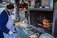 Italie, Val d'Aoste, Hône:  Sur le marché de Noël: Cuisson des Miasse , La miassa est une  crêpe locale à base de farine de maïs / Italy, Aosta Valley, Hône :  Christmas market: Cooking Miasse, The Miassa is a local pancake made of cornmeal