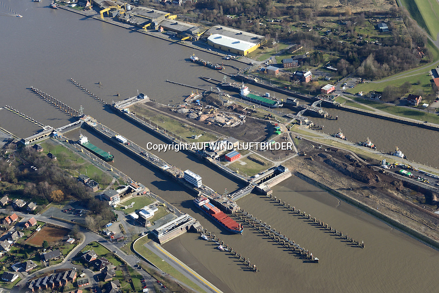 Nord Ostseekanal Schleuse Brunsbuettell: EUROPA, DEUTSCHLAND, SCHLESWIG-HOLSTEIN, BRUNSBUETTEL , (EUROPE, GERMANY), 09.02.2015: Schleuse Nord-Ostseekanal von Brunsbuettel. Der Nord-Ostsee-Kanal (NOK; internationale Bezeichnung: Kiel Canal) verbindet die Nordsee (Elbmuendung) mit der Ostsee (Kieler Foerde). Diese Bundeswasserstra&szlig;e ist nach Anzahl der Schiffe die meistbefahrene kuenstliche Wasserstra&szlig;e der Welt.<br /> Der Kanal durchquert auf knapp 100 km das deutsche Bundesland Schleswig-Holstein von Brunsbuettel bis Kiel-Holtenau und erspart den etwa 900 km laengeren Weg um die Nordspitze Daenemarks durch Skagerrak und Kattegat.<br /> Die erste kuenstliche Wasserstra&szlig;e zwischen Nord- und Ostsee war der 1784 in Betrieb genommene und 1853 in Eiderkanal umbenannte Schleswig-Holsteinische Canal. Der heutige Nord-Ostsee-Kanal wurde 1895 als Kaiser-Wilhelm-Kanal eroeffnet und trug diesen Namen bis 1948.