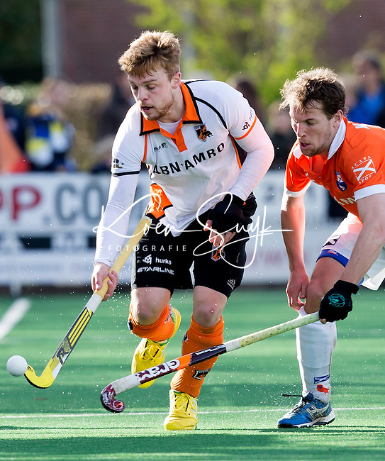BLOEMENDAAL - HOCKEY - Mink van der Weerden (l) van OZ in duel met Eby Kessing van Bl'daal tijdens de hoofdklasse competitiewedstrijd tussen de mannen van Bloemendaal en Oranje-Zwart (2-2). FOTO KOEN SUYK