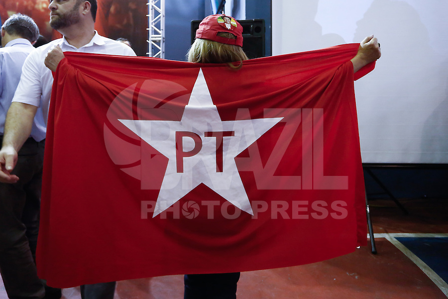 SAO PAULO, SP, 09.10.2014 - ELEICAO 2014 - MOBILIZACAO PT-SP DILMA ROUSSEFF Militante participa na noite dsta quinta-feira (9) da grande plenária de mobilização do PT-SP para o segundo turno da campanha de reeleição da presidenta Dilma Rousseff, no Sindicato dos bancários no centro da capital paulista (Foto: Adriana Spaca / Brazil Photo Press)
