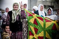 L'école est terminée et les filles se précipitent vers Ayse Gokkan et les femmes de Nusaybin qui investissent un des parcs publics de la ville. Elles ont prévu de faire signer à la population une pétition pour libérer A.Öcalan, le leader du PKK emprisonné. Ayse Gokkan s'est débrouillée avec ses avocats pour faire interdire les mariages d'enfants et la polygamie dans la municipalité. Elles est également arrivée à faire verser les aides sociales par foyer uniquement aux femmes et peut les retirer si les filles ne sont pas scolarisées. 4000 habitants dépendent directement de la municipalité. Elle a créé un contrat de travail pour les employés de la municipalité qui stipule que s'il est reconnu qu'un homme a abusé une femme, il sera licencié pour ce motif. Toutes ses mesures sont illégales au regard de la loi turque, le maire n'a pas le pouvoir de prendre de telles décisions. Ayse enchaîne procès sur procès. Elle poursuit autant l'Etat turc en justice que l'Etat la poursuit elle.