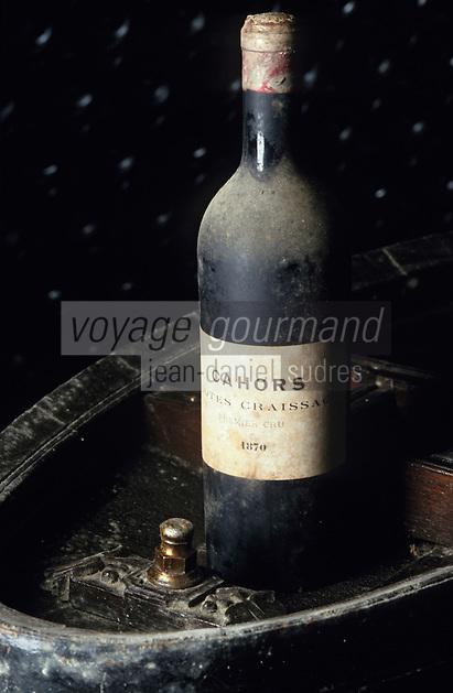 """Europe/France/Midi-Pyrénées/46/Lot/Parnac: Cave coopérative """"Les Côtes d'Olt"""" - une des plus vielles bouteilles de Cahors (AOC Cahors)"""