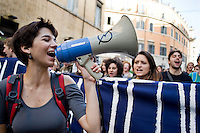 Roma, 24 Novembre, 2012. Studenti delle scuole superiori sfilano per le vie della capitale durante una manifestazione per protestare contro i tagli all'istruzione del governo Monti.
