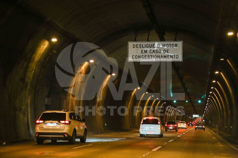 SÃO BERNARDO DO CAMPO, SP, 26.12.2015 - RODOVIA-FERIADO - Trânsito tranqüilo na Rodovia dos Imigrantes sentido litoral sul em São Bernardo do Campo, na noite de ontem sábado, 26. (Foto: Thiago Ferreira/Brazil Photo Press)