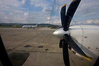 Un aereo della compagnia Rumena Carpatair poco prima del decollo dall'aeroporto di Cluj in Romania,.