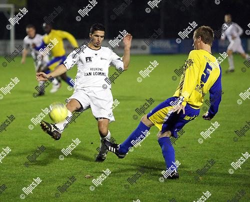 2008-10-25 / Voetbal / De Kempen - Oosterzonen / Hassounfi probeert de voorzet van Gwen Van de Poel (De Kempen) te onderscheppen..Foto: Maarten Straetemans (SMB)