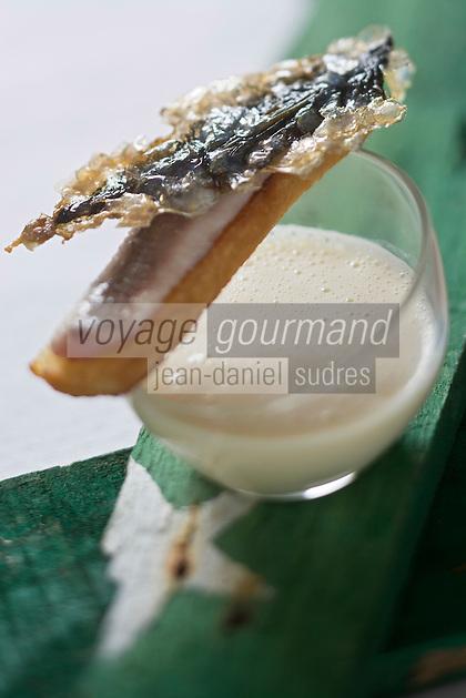 """Europe/France/Bretagne/29/Finistère/ Névez: Tartine  de sardine, crème de chou-fleur Recette de Patrick Le Guen de 'hôtel restaurant """"Ar Men Du """""""