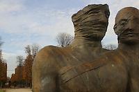 FRANCIA - Parigi - Giardini delle Tuileries - ottobre 2004 - Mostra di sculture di IGOR MITORAJ - coppia reale, bronzo 1998.In occasione dell'anno della Polonia vengono presentate a Parigi, dopo Cracovia, Varsavia e Roma una ventina di opere in bronzo e marmo - .Mitoraj nasce il 26/3/1944 a Oederan da madre polacca e padre francese -Ora vive tra Pietrasanta, dove ha lo studio, e Parigi