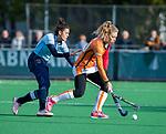 Laren - Laura Nunnink (OR) met Macey de Ruiter (Lar) tijdens de Livera hoofdklasse  hockeywedstrijd dames, Laren-Oranje Rood (1-3).  COPYRIGHT KOEN SUYK