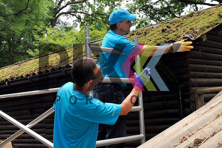 Ludwigshafen 27.06.17 AbbVie-Aktion &bdquo;Helfende Haende&ldquo; im Wildpark Rheingoenheim Ludwigshafen. Im Bild v.l.: Stephan Heil und Hans Ulrich Haeussermann (H&auml;u&szlig;ermann) bei der Reparatur der Regenrinne.<br /> <br /> Foto &copy; Ruffler For editorial use only. (Bild ist honorarpflichtig - No Model Release!)