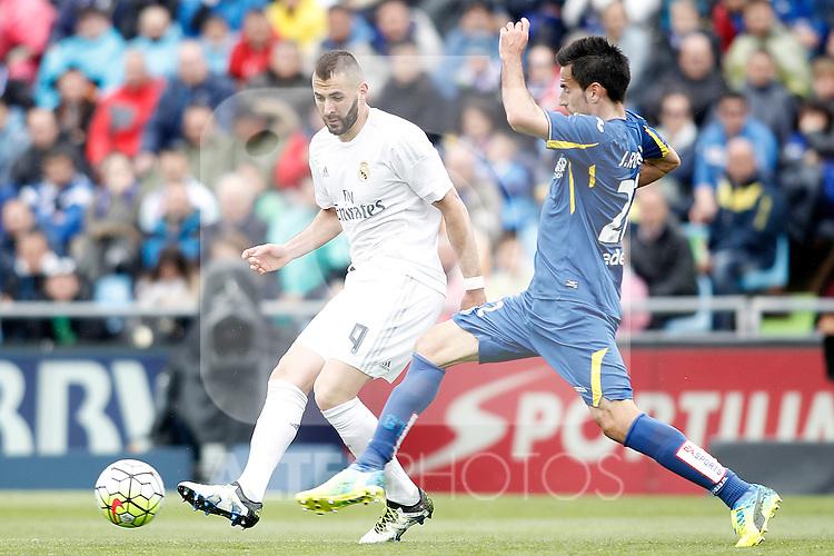 Getafe's Juan Rodriguez (r) and Real Madrid's Karim Benzema during La Liga match. April 16,2016. (ALTERPHOTOS/Acero)