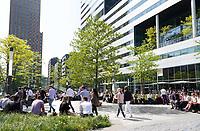 Nederland Amsterdam - april 2018 . Lunchtijd op de Zuidas. Rechts het kantoor van Houthoff. Foto Berlinda van Dam / Hollandse Hoogte