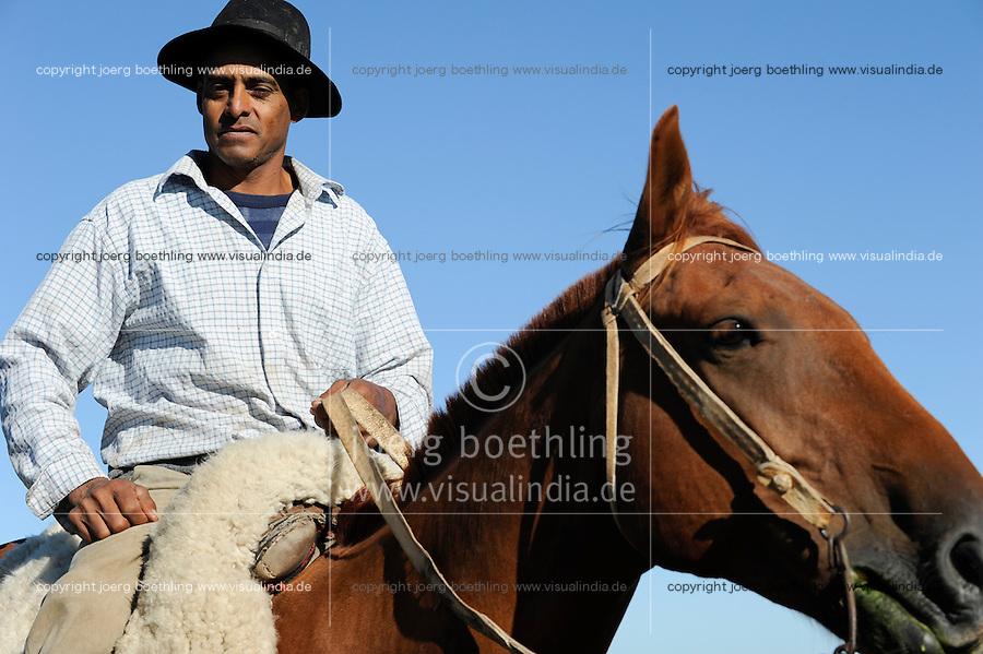 URUGUAY Estancia La Magdalena bei Salto, 18.ooo Hektar Weideland fuer 12.000 Rinder und 18.000 Schafe und 5.000 hektar Ackerland fuer Reis, Gensoja und Zuckerhirse, Gaucho auf Pferd  /.URUGUAY Salto, ranch La Magdalena, a gaucho ( cowboy ) on horse
