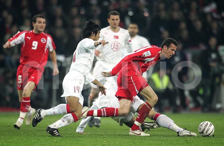 Fussball International WM Qualifikation Schweiz 2-0 Tuerkei Marco Streller (SUI,re) gegen Ibrahim Toraman (TUR,re)