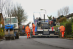 MAARSSEN - In Maarssen is D. van der Steen met een nieuwe asfaltset bezig met het asfalteren van de lokale weg Fazantenkamp. Met de nieuwe machine, een 1800, kan Van der Steen nu in combinatie met de smallere 1300 in één baan naadloos een tweebaans wegvak aanleggen. Bij het bedrijf geldt voor de asfalteerders geen helmplicht en is ook roken tijdens de werkzaamheden toegestaan. COPYRIGHT TON BORSBOOM
