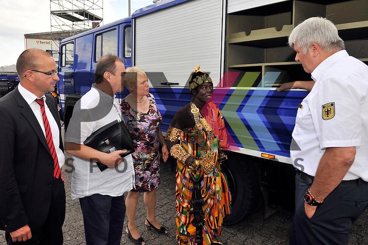 Ludwigshafen 11.07.16 Fahrzeuguebergabe des THW an Koenig Bansah aus Ghana im Bild v.l.: Dezernent Dieter Feid, Konsul Uebelhoer, Doris Barnett (SPD), Koenig Bansah aus Ghana und THW-Praesident Albrecht Broemme.<br /> <br /> Foto &copy; Ruffler For editorial use only. (Bild ist honorarpflichtig - No Model Release!)
