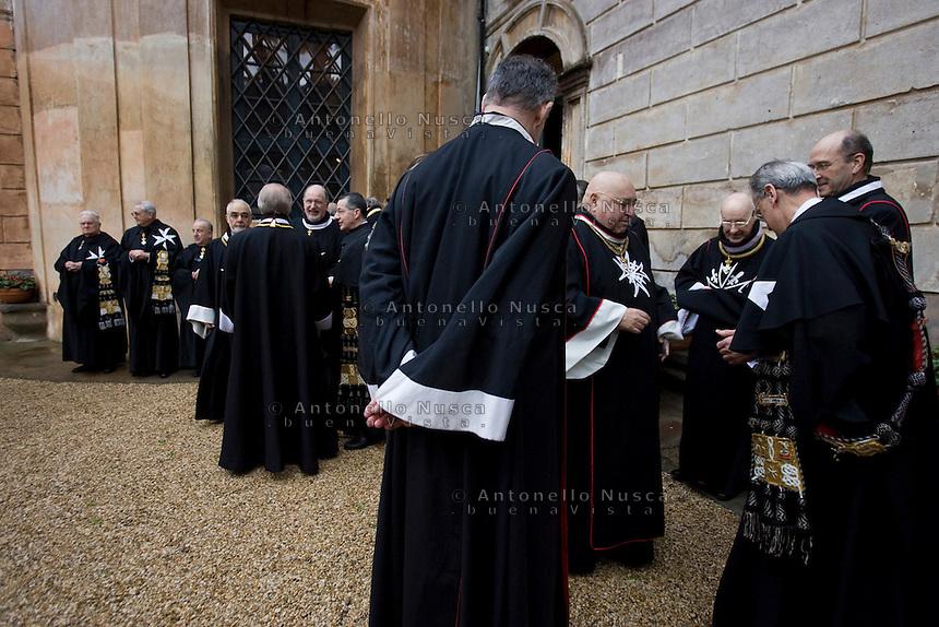 Cavalieri di Malta in un momento di pausa  il giorno della elezione del nuovo Gran Maestro nella sede di Villa Magistrale al Gianicolo a Roma. Il Sovrano Ordine di Malta è uno dei pochi Ordini nati nel Medio Evo ed ancora oggi attivi, con  una propria costituzione e un proprio passaporto.