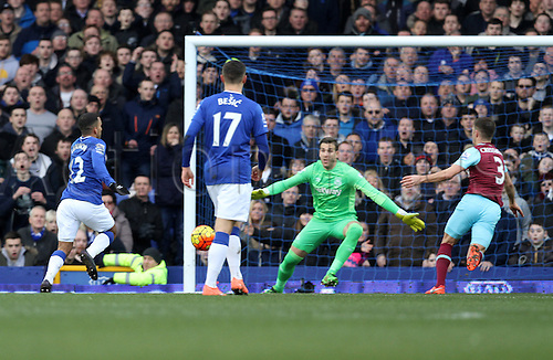 05.03.2016. Goodison Park, Liverpool, England. Barclays Premier League. Everton versus West Ham. Aaron Lennon of Everton runs clear of the West Ham defence to put Everton up by 2-0.