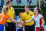 BLOEMENDAAL - Colette de Beaumont (MOP) met Merel Aarts (Bldaal) , scheidsrechters Joost Andela en Steven Bakker tijdens de tweede Play Out wedstrijd hockey dames, Bloemendaal-MOP (5-1)  COPYRIGHT KOEN SUYK