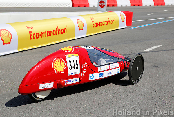 De Shell Eco-Marathon in Rotterdam. Bij deze wedstrijd gaat het niet om wie het eerst over de finish is, de winst gaat naar de wagen die de meeste kilometers maakt op de minste brandstof