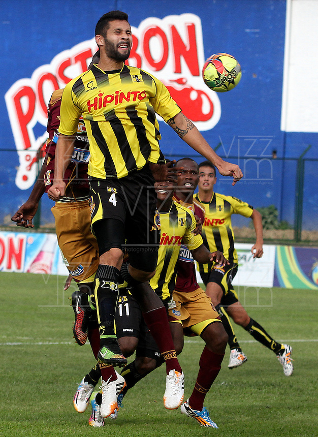 FLORIDABLANCA -COLOMBIA, 02-11-2014.  Jonathan Avila jugador de Alianza Petrolera en acción durane partido con Deportes Tolima  por la fecha 17 de la Liga Postobon II 2014 disputado en el estadio Alvaro Gómez Hurtado de la ciudad de Floridablanca./ Jonathan Avila player of Alianza Petrolera in action durong the match against Deportes Tolima for the 17th date of the Postobon League II 2014 played at Alvaro Gomez Hurtado stadium in Floridablanca city Photo:VizzorImage / Duncan Bustamante / STR