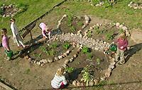Schulgarten, Anlage eines Schmetterlingsgarten, Garten der Grundschule Nusse wird als Projektarbeit von einer 1. Klasse gestaltet, Beete werden in Form eines Schmetterlings angelegt und mit für Nektarliebende Falter wichtigen Blumen bepflanzt, Mädchen gießt Pflanzen, Gartenarbeit