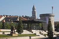 Europe/France/Aquitaine/24/Dordogne/Périgueux: La Place Francheville , la tour Mataguerre et la cathédrale Saint-Front,