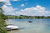 Austria, Upper Austria, Salzkammergut, Buchberg: view across bay towards village Buchberg   Oesterreich, Oberoesterreich, Salzkammergut, Buchberg: Blick ueber die Bucht auf den kleinen Ort Buchberg
