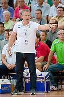 Trainer Gudmundur Gudmundsson (RNL) gibt Anweisungen