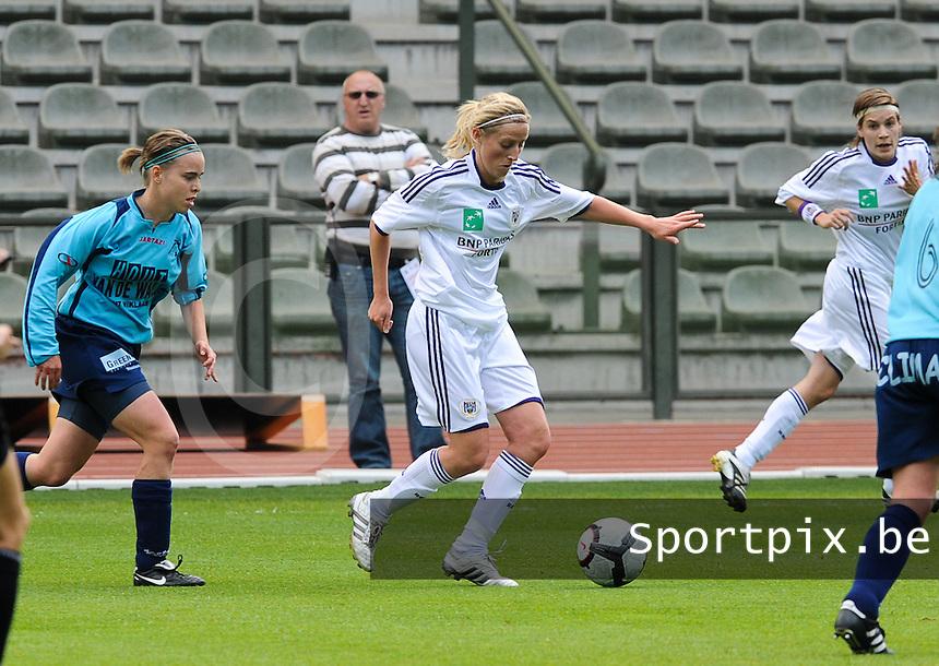 15 Mei 2010 Bekerfinale vrouwen : Sinaai Girls - RSC Anderlecht  : Marijke Callebaut aan de bal voor Stefanie Van Broeck (links).foto DAVID CATRY / Vrouwenteam.be