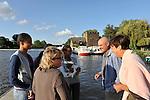 Vacanciers sur le ponton sur la Mayenne à Chenillé-Changé (Maine et Loire).