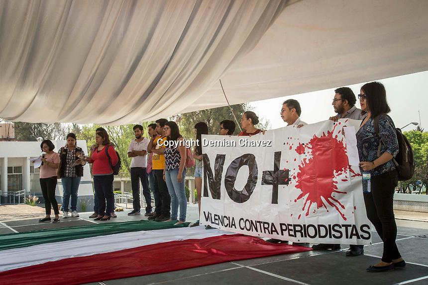 Querétaro, Qro. 19 de mayo de 2017.- Periodistas de diferentes medios de comunicación de Querétaro se concentraron en la explanada de Rectoría de la UAQ  para exigir un alto a la violencia en contra del gremio a nivel nacional, manifestada en los recientes asesinatos de Miroslava Breach, ocurrido en marzo pasado, y Javier Valdez, ultimado en Sinaloa apenas el 15 de mayo. Bajo la consigna #Nosestanmatandoatodos, los comunicadores protestaron también por la precaria situación laboral en que se desarrolla su profesión, así como la censura latente por parte de las autoridades gubernamentales y a veces, la falta de apoyo por parte de las propias empresas que los contratan.