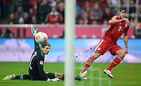 FUSSBALL   1. BUNDESLIGA  SAISON 2012/2013   13. Spieltag FC Bayern Muenchen - Hannover 96     24.11.2012 TOR zum 5:0 durch Mario Gomez (re, FC Bayern Muenchen) gegen Torwart Ron Robert Zieler (Hannover 96)