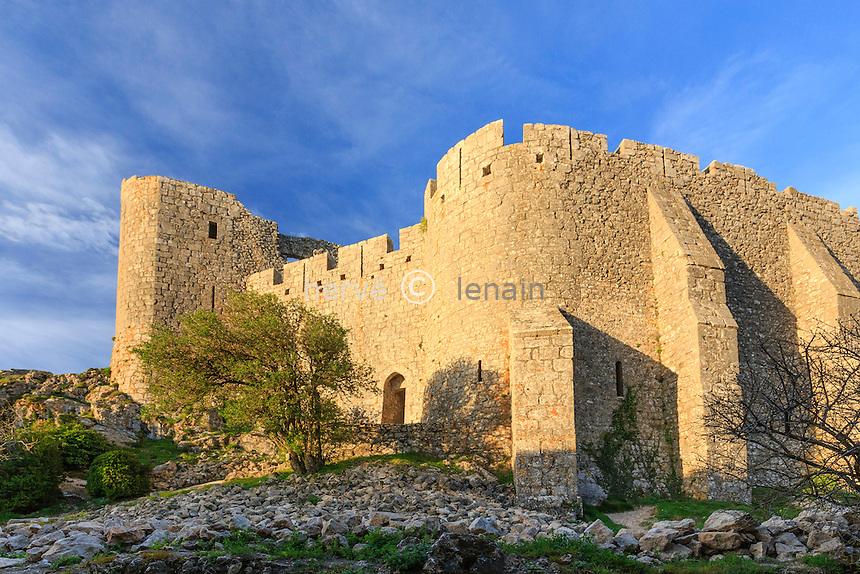 France, Aude (11), Duilhac-sous-Peyrepertuse, château de Peyrepertuse, porte d'entrée avec barbacane du château Bas // France, Aude, Duilhac-sous-Peyrepertuse, Peyrepertuse castle, gateway with barbican Lower Castle