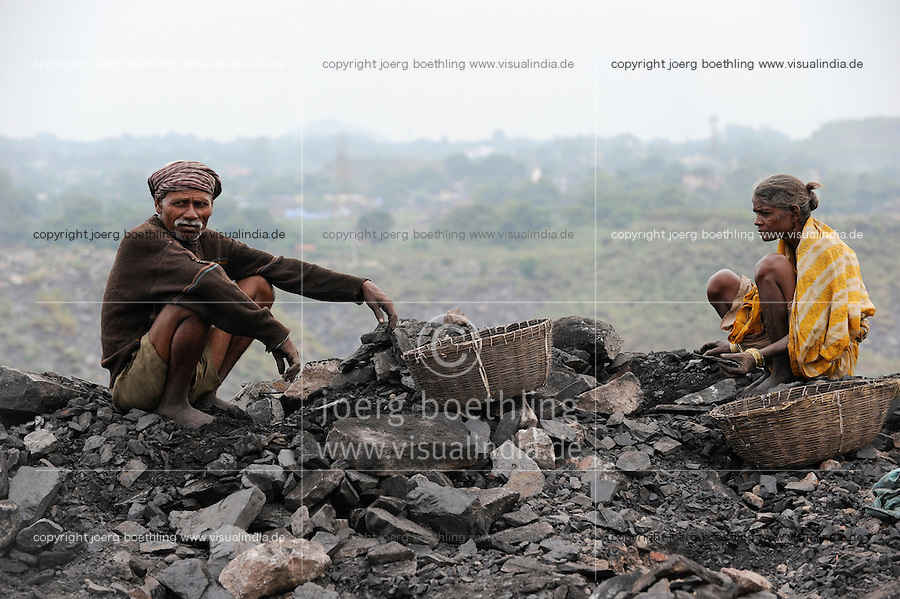 INDIEN Jharia Menschen sammeln Kohle am Rande eines Kohletagebaus zum Verkauf als Koks auf dem Markt | .INDIA Jharkhand Jharia , people collect coal from coalfield to sell as coke on the market for the livelihood of her family